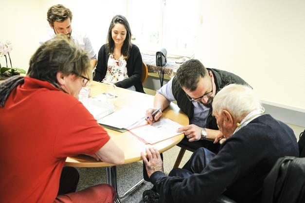 David Goodall ist im Sterbezimmer von Eternal Spirit in Liestal eingetroffen. Angehörige und der Arzt erklären ihm die Vorgehensweise und füllen die nötigen Formulare aus. David Goodall bestätigt alles mit eigenhändiger Unterschrift.