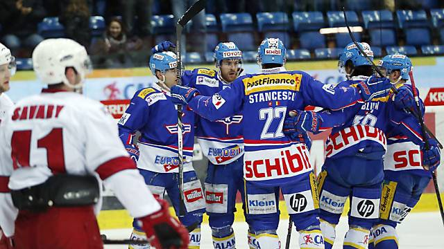 Stancescu (Nr. 22) schoss Kloten zum Sieg gegen Lausanne
