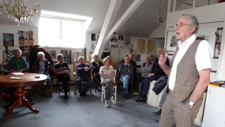 Kunstmaler Jörg Binz spricht in seinem Atelier vor den Mitgliedern der Grauen Panther.