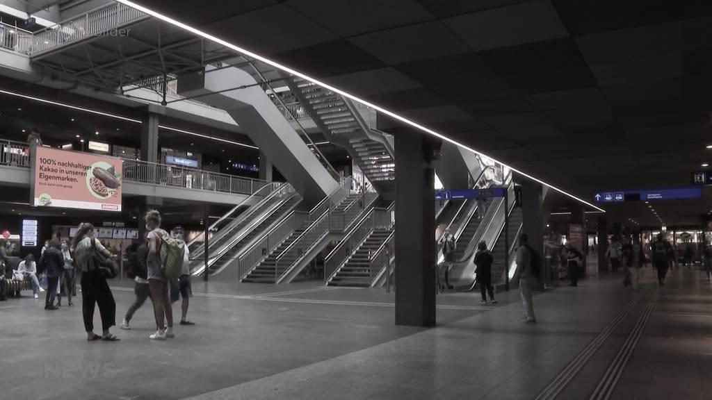 Mit Messer auf der Rolltreppe niedergestochen: Angeklagter soll Freund im Bahnhof Bern angegriffen haben