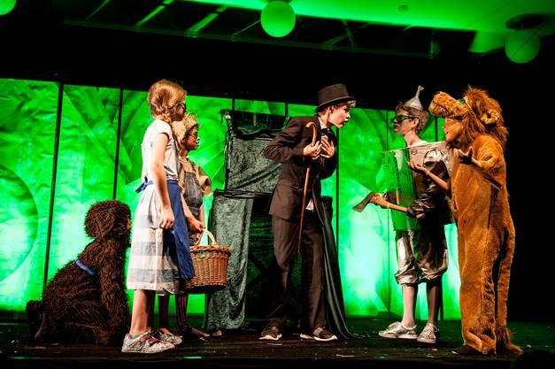 Die Gruppe trifft auf den Zauberer von Oz