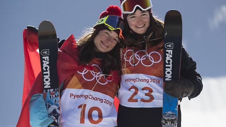 Sarah Höfflin (links) und Mathilde Gremaud sicherten sich an den Olympischen Spielen im Februar Gold und Silber im Slopestyle