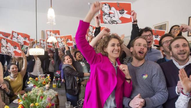 Das Bild ist zum Symbol für eine offene Schweiz geworden: Flavia Kleiner, Präsidentin von Operation Libero, nach dem Sieg über die Durchsetzungs-Initiative. Foto: Lukas Lehmann/Keystone