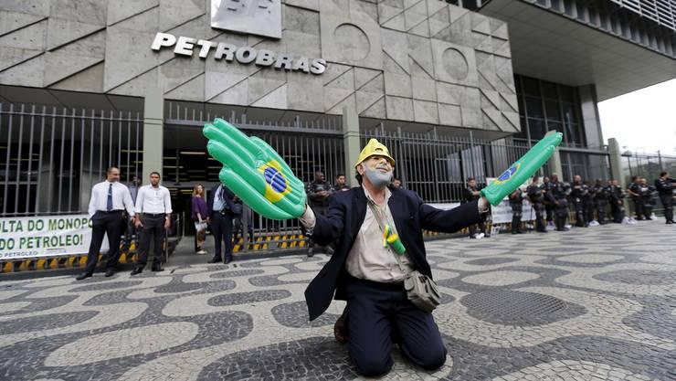 Ein als Ex-Präsident da Silva verkleideter entlassener Petrobras-Mitarbeiter protestiert vor dem Petrobras-Hauptsitz in Rio de Janeiro (August 2015).