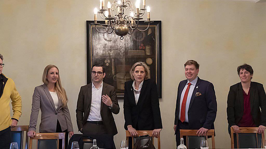 Die Präsidentin der Baselstädter LDP, Patricia von Falkenstein (3. von rechts), will in den Ständerat. Hinter ihr stehen LDP, FDP, CVP, GLP, EVP und BDP. Im Bild von links Hubert Ackermann (BDP), Katja Christ (GLP), Luca Urgese (FDP), von Falkenstein, Balz Herter (CVP) und Brigitte Gysin (EVP).