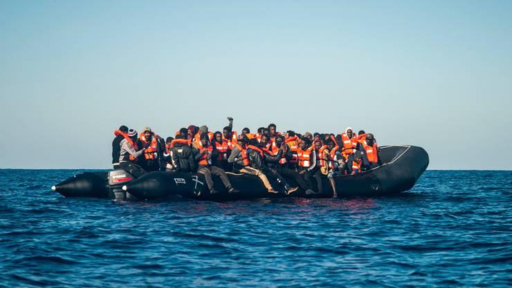 Migranten bei einer Rettungsaktion der Gruppe Sea-Watch im Mittelmeer.
