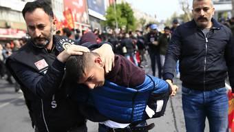Polizisten nahmen Dutzende Demonstranten fest, die ihren Protest zum symbolträchtigen Taksim-Platz tragen wollten.