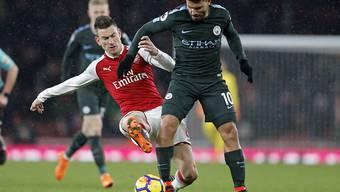 Arsenals Laurent Koscielny (in rot) kommt einen Schritt zu spät - hier gegen Manchester Citys Sergio Agüero. Manchester City war Arsenal erneut klar überlegen