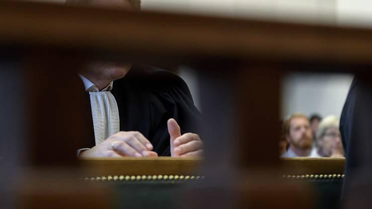 Das Gericht in Vevey hat die Mörder einer Rentnerin zu Gefängnisstrafen von 18 und 20 Jahren verurteilt. Der Mann und die Tochter des Opfers hatten versucht, das Verbrechen wie einen Selbstmord aussehen zu lassen. (Symbolbild)