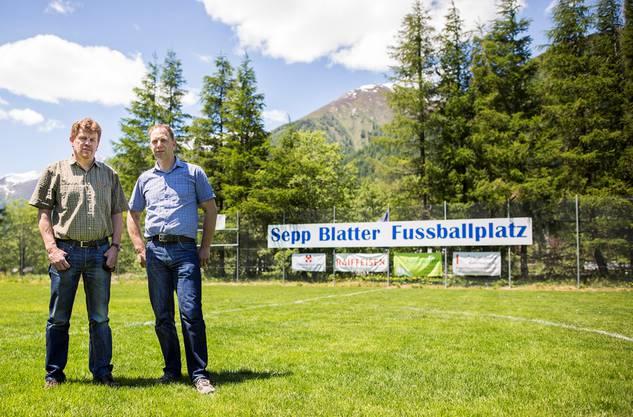 Philipp Blatter (l.), Organisator des Sepp-Blatter-Turniers, und Gemeindepräsident Christian Imsand posieren auf dem nicht Fifa-konformen Fussballplatz in Ulrichen.