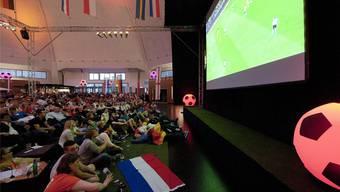 Die Markthalle funktionierte als Public Viewing bestens – wie hier beim Spiel Holland gegen Deutschland. Keystone/Georgios Kefalas
