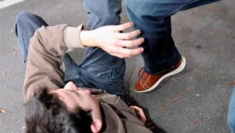 Symbolbild: In Hausen wurde ein 28-jähriger Autofahrer verprügelt und verletzt.