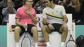 Bill Gates (l) und Roger Federer bei der Manöverkritik. Sie siegten am Montag im Doppel gegen Jack Sock und Savannah Guthrie in San Jose, Kalifornien. Bei dem Benefiz-Spiel kamen 2,5 Millionen Dollar zusammen, die nun für die Bildung von Kindern eingesetzt wird.