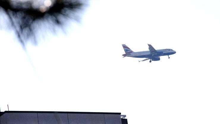 Fluglärm über Basel und Allschwil. Foto vom Burschweiler Hof aus gemacht. Foto niz Flugzeug Flughafen Euroairport