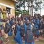 Betreute Kinder bedanken sich bei der zu Besuch weilenden Hilfswerk-Präsidentin Regula Gloor (auf der Rampe) für die grosse Unterstützung in einem Gemeinschaftszentrum.