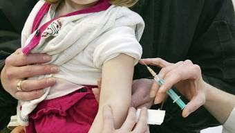 Hoch ansteckende Masern: In Deutschland wird die Impfpflicht für Kitas und Schulen eingeführt. In der Schweiz wird die Impfung lediglich empfohlen. (Symbolbild)