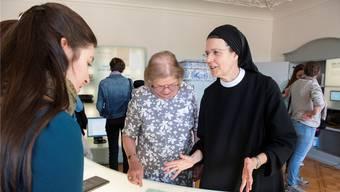 Im Silja-Walter-Raum spricht Priorin Irene mit ihren Gästen über das Leben und Werk der schreibenden Nonne.