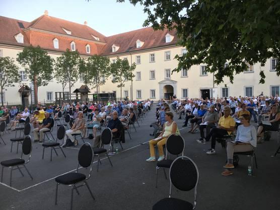 Gmeind im August 2020 in Muri unter freiem Himmel im Klosterhof wegen Corona.