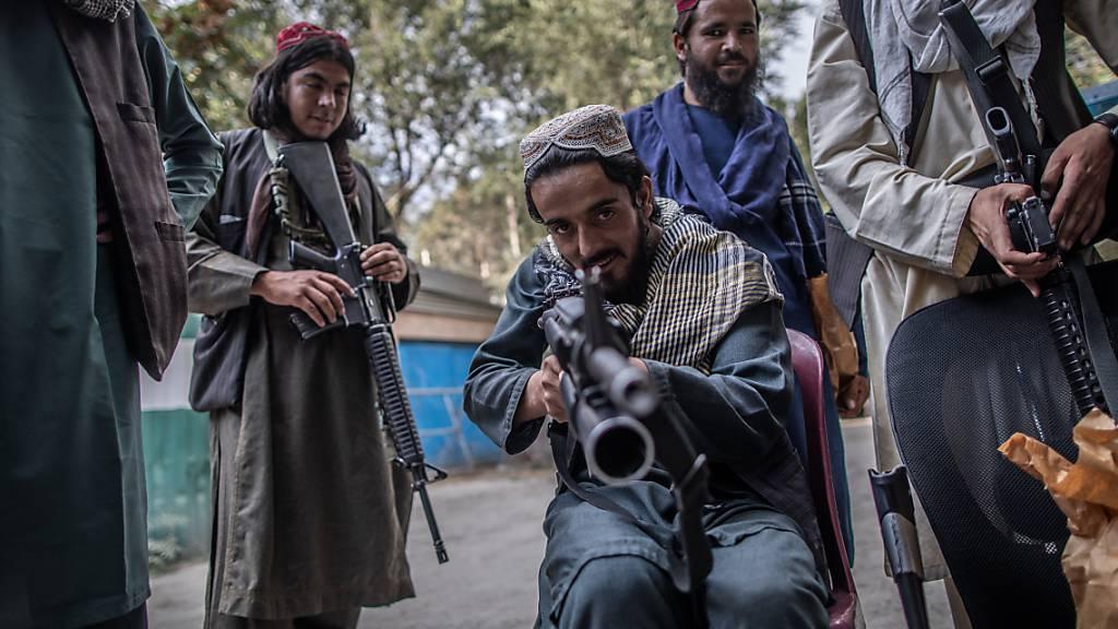 Kabul nach dem Fall: Taliban-Kämpfer in der deutschen Polizeiwache