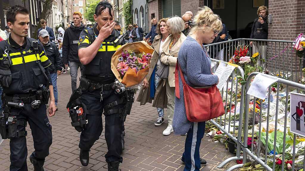 Niederländer nehmen Abschied von ermordetem Reporter de Vries