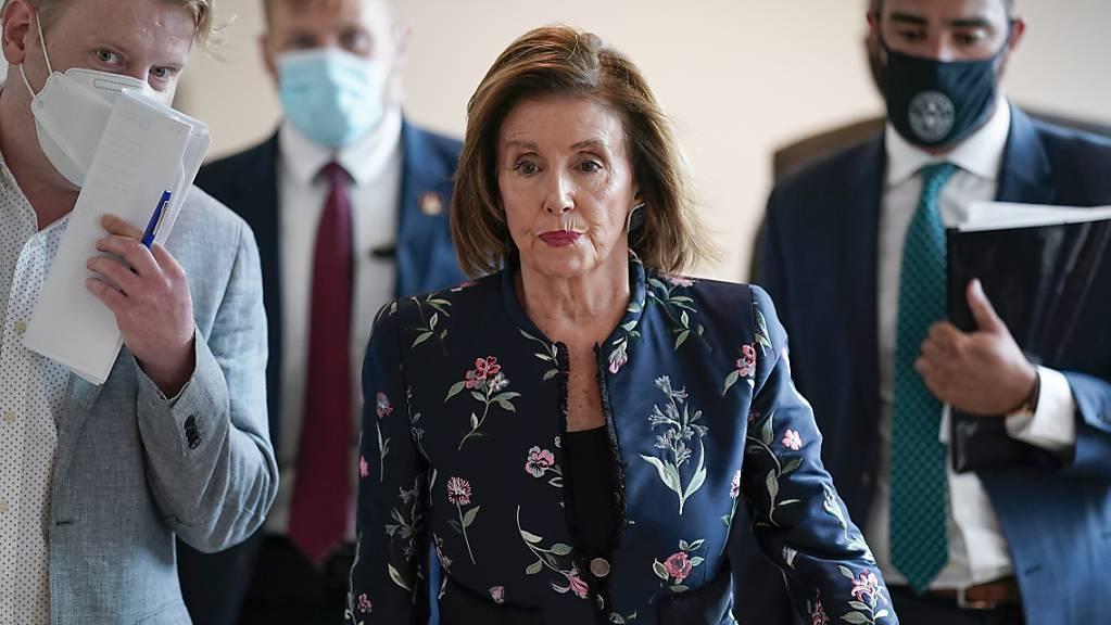 Nancy Pelosi (M), Vorsitzende des US-Repräsentantenhauses, kommt zu einer Pressekonferenz. Foto: J. Scott Applewhite/AP/dpa