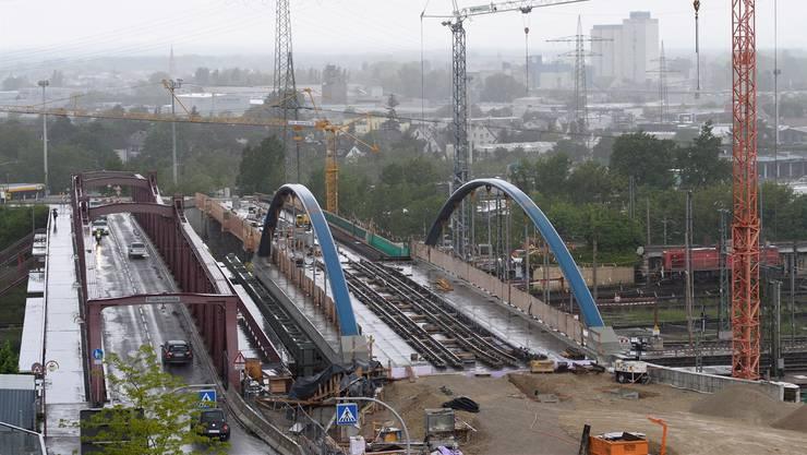 Auf der Bogenbrücke gen Weiler Innenstadt liegen die Tramgleise bereits, davor entsteht die Wendeschlaufe.