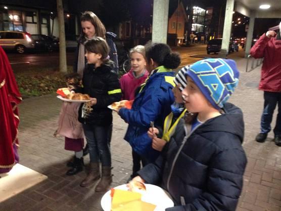 Die Kinder vom Rotchäppli hattet sichtlich Freude, den spendablen Passanten ein Stück Dreikönigskuchen anzubieten.