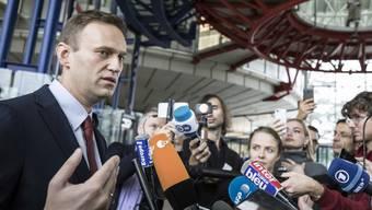 Alexej Nawalny am Donnerstag in Strassburg nach der Urteilsverkündigung vor den Medien.