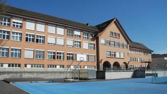 Das Weininger Oberstufenschulhaus soll künftig nicht mehr mit Erdgas geheizt, sondern an das Limeco-Regiowärmenetz angeschlossen werden.