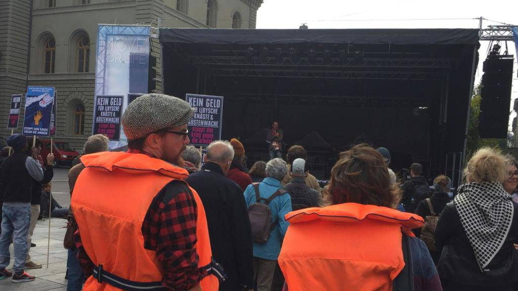 """Mit Rettungswesten demonstrieren Teilnehmer an der Kundgebung """"Move For Life"""" für die Seerettung von Flüchtlingen."""