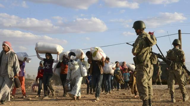 Türkische Soldaten in Suruc überwachen den Exodus aus Syrien