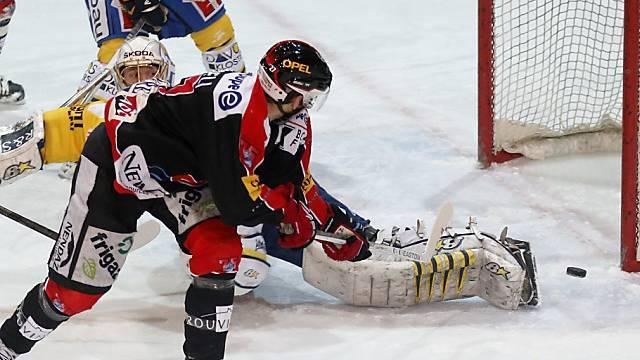 Fribourgs Mike Knoepfli schiebt ein zum 1:0 gegen den HC Davos.