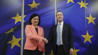 Mark Zuckerberg (r) zu Besuch in Brüssel: Der Chef des sozialen Netzwerks Facebook mit  Transparenz-Kommissarin Vera Jourova.