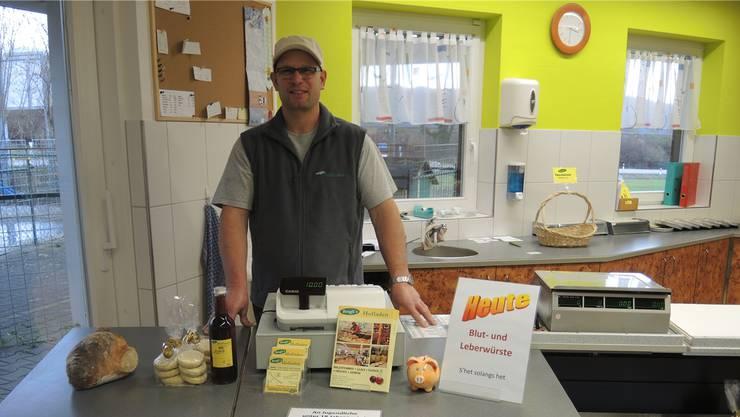Roland Brogli in seinem Hofladen in Zeiningen. Hier haben Diebe einen schweren Stand, denn der Laden ist immer bedient.
