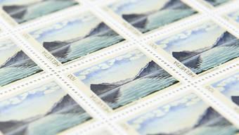 Die Schweizerische Post lässt bestimmte Briefmarken in Deutschland drucken, weil die gewünschte Qualität von inländischen Anbietern nicht gewährleistet werden kann. (Symbolbild)