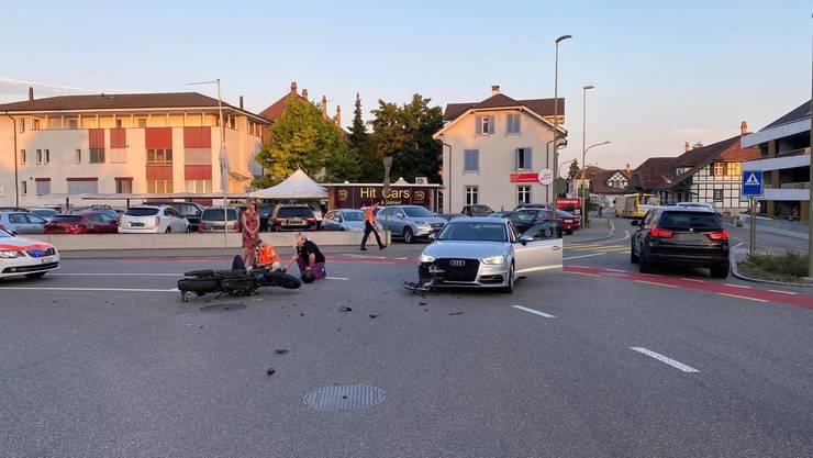 Beim Einbiegen in die Hauptstrasse übersah die Lenkerin des Personenwagens einen Motorradfahrer.