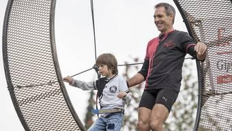 Vater und Sohn auf Rekordjagd: Der Schweizer Hochseilartist, Stuntman und Extremsportler Freddy Nock und Leo versuchen sich im Todesradlaufen.