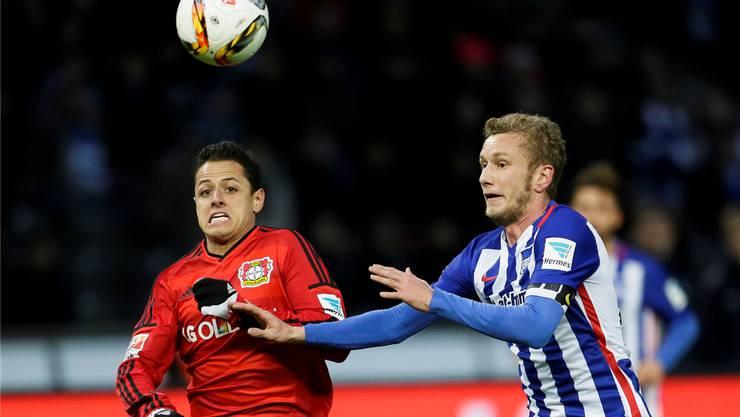Hertha Berlins Fabian Lustenberger (rechts) im Zweikampf mit Leverkusens Chicharito.