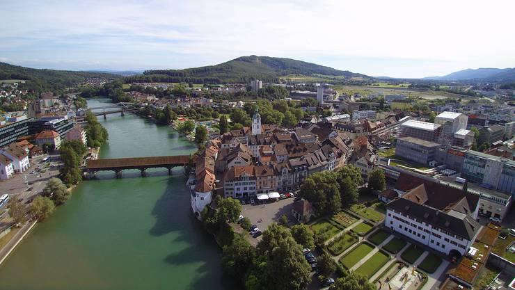 Stadtansicht Drohnenaufnahme Olten Altstadt Tourismus Luftbild Alte Brücke Aare Innenstadt Olten Stadtentwicklung Altstadt Stadtkirche Ildefonsturm