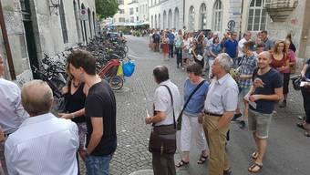 Trotz Sommerwetter zum Abstimmen: Viele kamen aber vermutlich nicht wegen der Rechnung 2016 ins Landhaus, sondern um über das Weiterbestehen der Stadtpolizei abzustimmen