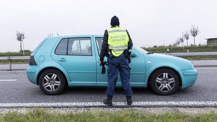 Polizistinnen kontrolieren ein Fahrzeug, im Rahmen der Anti-Einbruch-Aktion der Kantonspolizei Aargau, am 22. November 2019 bei der Autobahnausfahrt Aarau West. Am Freitagabend wurden an den Ausfahrten der Autobahn A1 im Kanton Aargau jedes Fahrzeug durch Patrouillen der Polizei und Grenzwache visuell überprüft und im Verdachtsfall eingehend kontrolliert.
