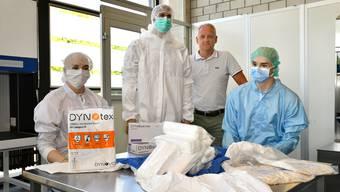Geschäftsführer Dennis Hansen (2. von rechts) präsentiert die Produktepalette der Dynovo AG im Showraum in Gretzenbach