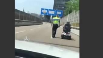 Die Rollstuhlfahrerinwar mit ihrem Elektrogefährt auf die Autobahn A2 geraten. Das Videozeigt, wie die Frau wieder in die Stadt zurückgebracht wird.