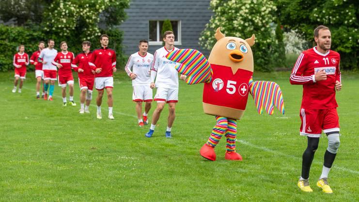 Der erste offizielle Einsatz von WM-Maskottchen «Üle» beim Einlaufen der Schweizer Nationalmannschaft.