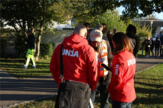 Vertreter der Gewerkschaft Unia waren am Dienstagmorgen beim Novartiswerk in Stein vor Ort, um mit den Mitarbeitenden das Gespräch zu suchen. dka