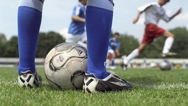 Die Tessiner Jugendfussballer dürfen am kommenden Wochenende nicht ihre Schuhe schnüren, da der Verband nach Gewalttaten gegen Schiedsrichter alle Partien abgesagt hat.