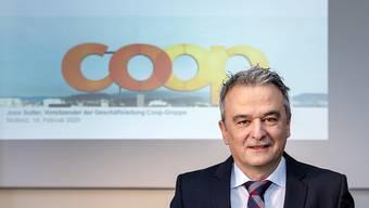 Coop-Chef Joos Sutter erklärt am Dienstag vor den Medien den höheren Jahresgewinn.