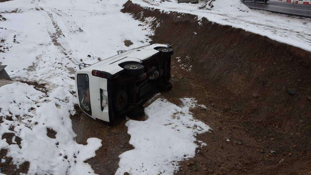 Beim Sturz in die Baugrube verletzte sich der Fahrer leicht