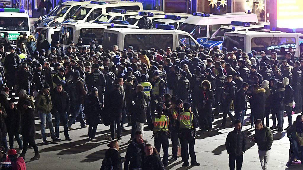 Das Sicherheitsdispositiv war gross: Hunderte Polizisten kontrollierten in der Neujahrsnacht Menschen im Kölner Hauptbahnhof oder vor dem Dom.