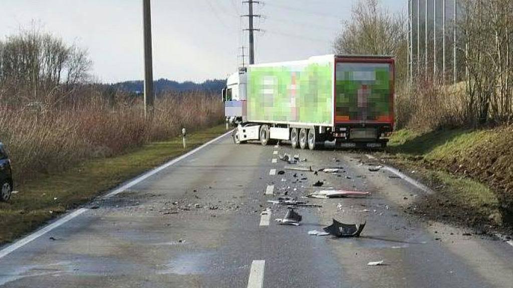 Viel Blechschaden: Ein Lenkerin kollidierte frontal mit einem Lastwagen in Oberentfelden AG. Die Strasse blieb knapp drei Stunden lang gesperrt.